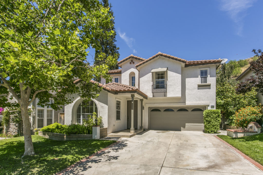 Just Listed! 4B Single Family Home in Santa Clarita