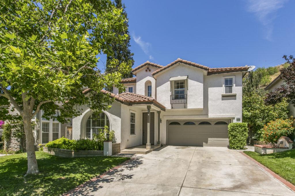 Just Listed! 4B Single Family Home in Santa Clarita